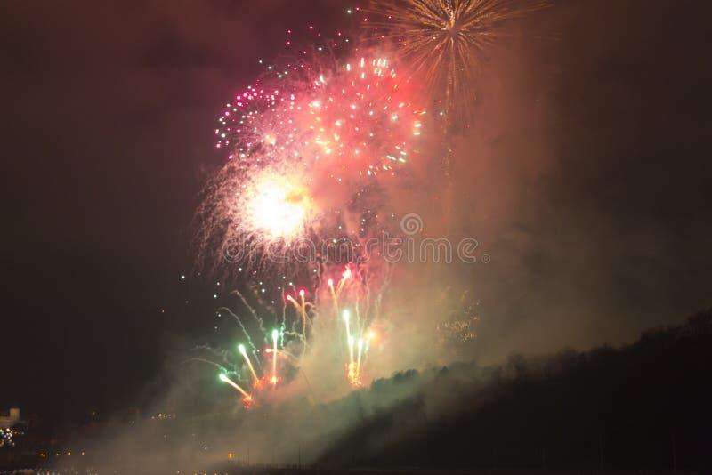 Célébration rouge, verte et jaune lumineuse étonnante de feu d'artifice de la nouvelle année 2015 à Prague au-dessus de la sculpt image libre de droits