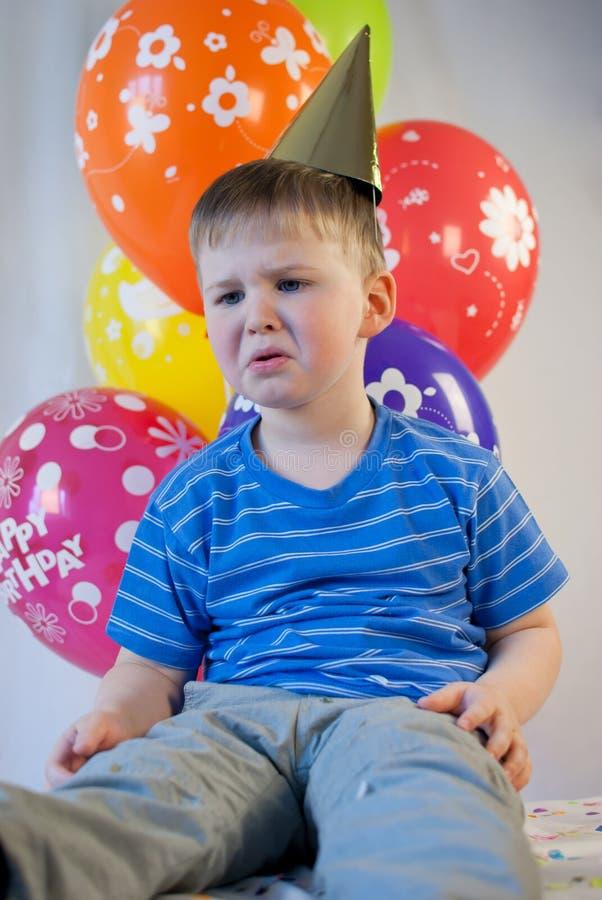 Célébration triste d'anniversaire de garçon photographie stock