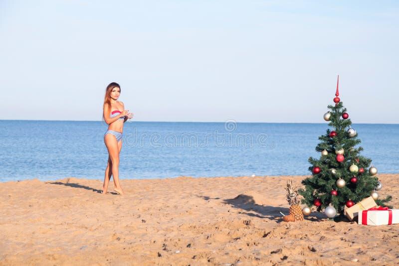 Célébrations de nouvelle année à une station de vacances avec un cocktail sur la plage images stock