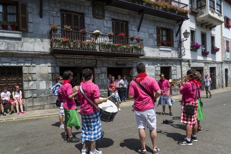 Célébrations traditionnelles de festival dans la rue, Lesaka, la Navarre, Espagne du nord image stock