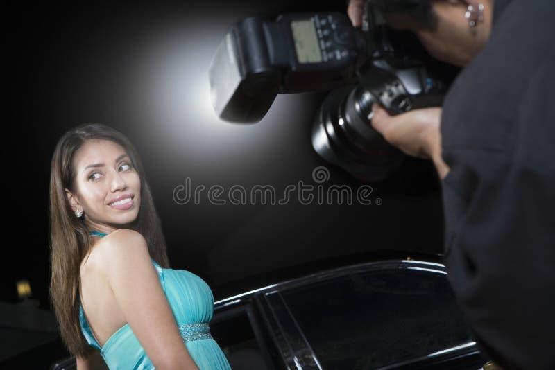 Célébrité féminine étant photographiée images stock