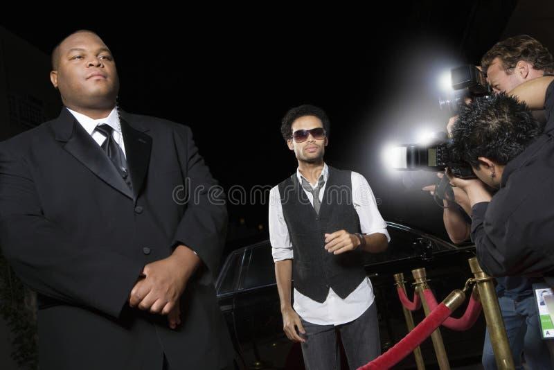 Célébrité masculine étant photographiée image libre de droits