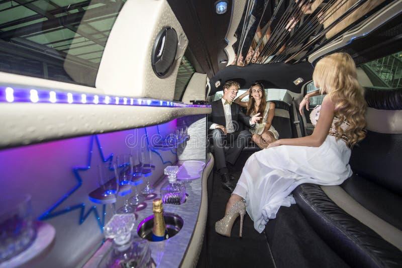 Célébrités dans une limousine luxueuse photo stock