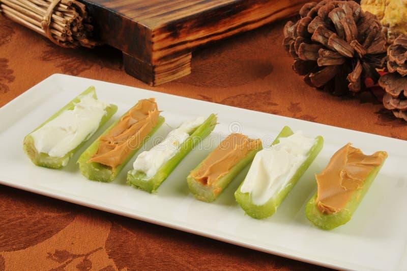 Céleri avec le fromage fondu et le beurre d'arachide image libre de droits