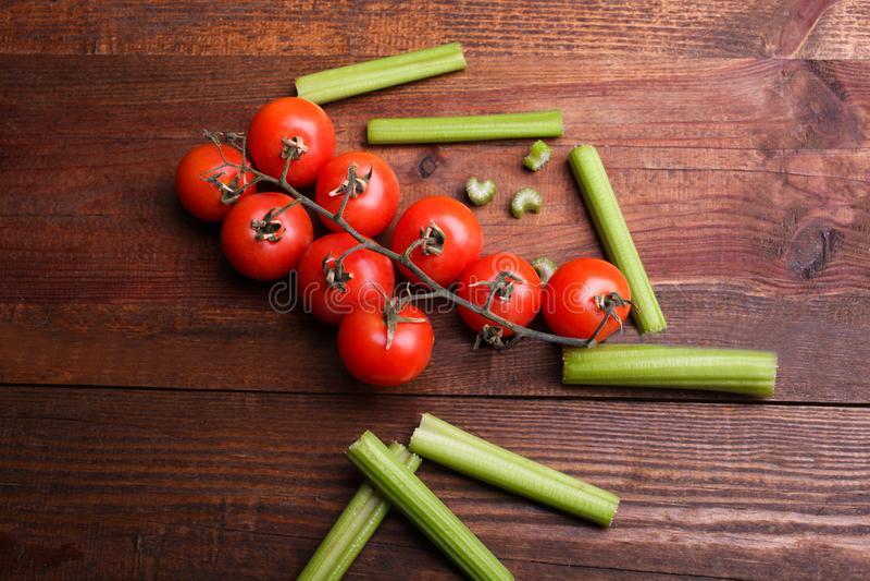 Céleri et tomate-cerise coupés en tranches croquants photographie stock