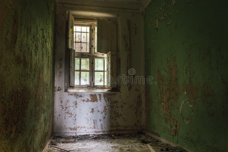 Célula de una vieja abajo cerrada institución mental fotos de archivo