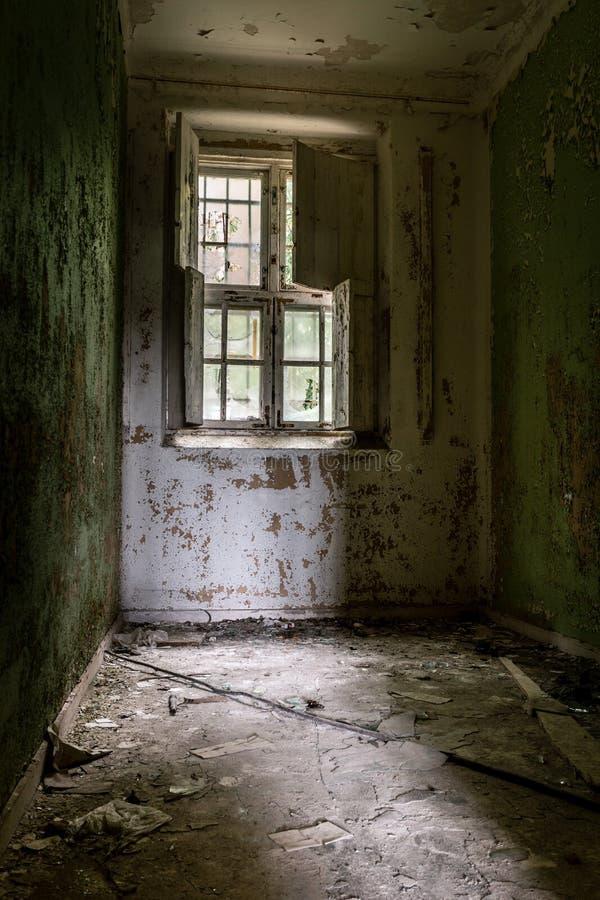 Célula de una vieja abajo cerrada institución mental imagenes de archivo