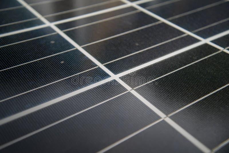 Célula solar, sol renovável da energia elétrica do painel voltaico da foto das energias solares foto de stock
