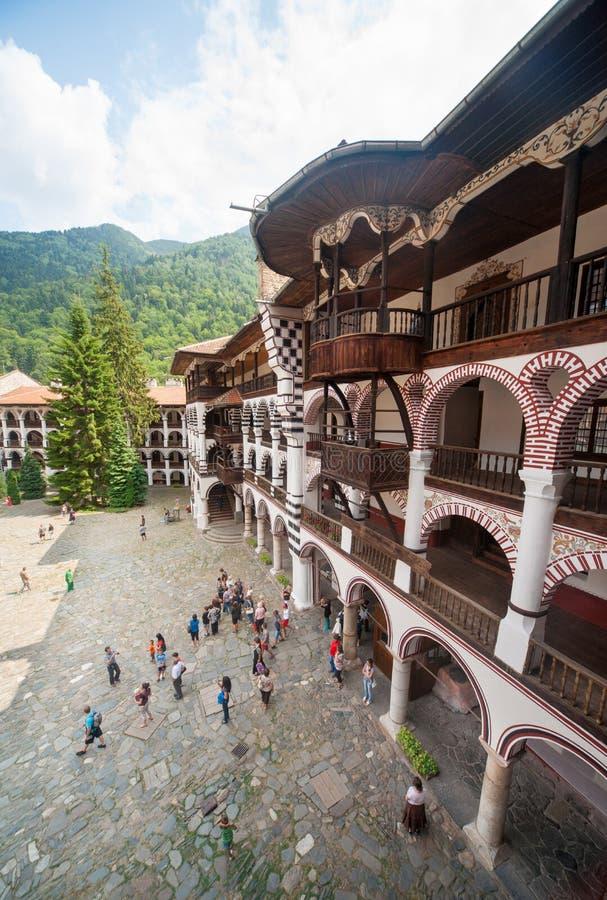Células monásticas de los balcones en el monasterio de Rila en Bulgaria imagenes de archivo