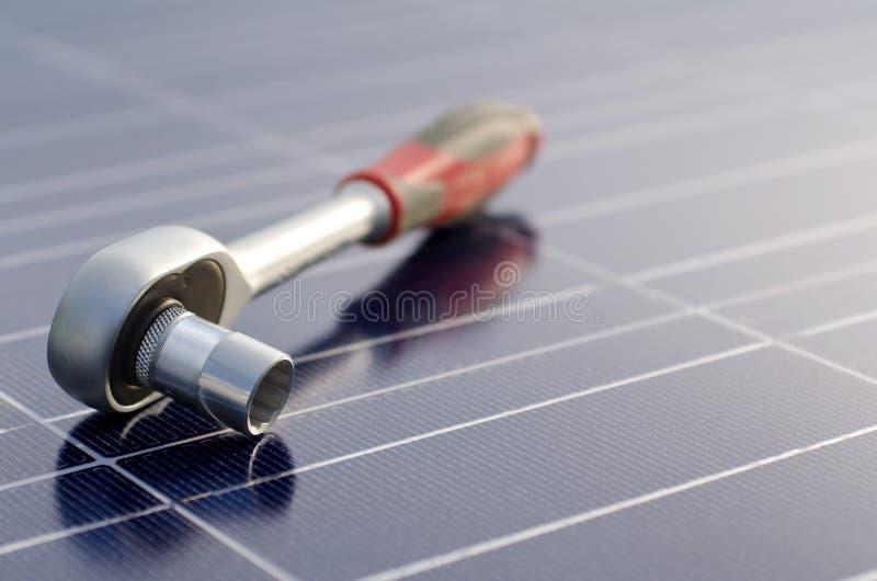 Células solares y llave de trinquete fotografía de archivo