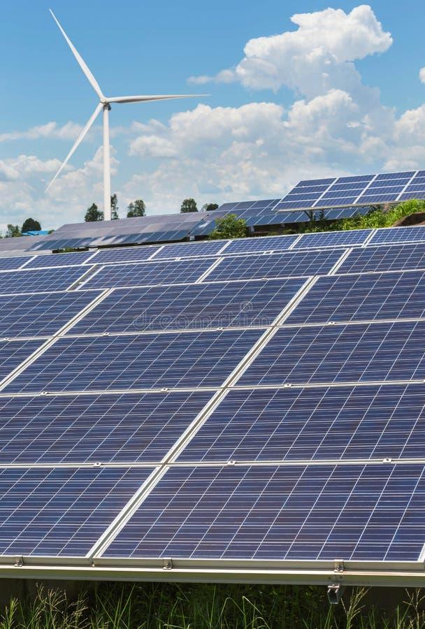 células solares y turbinas de viento que generan electricidad en energía renovable alternativa de la central eléctrica de imagenes de archivo
