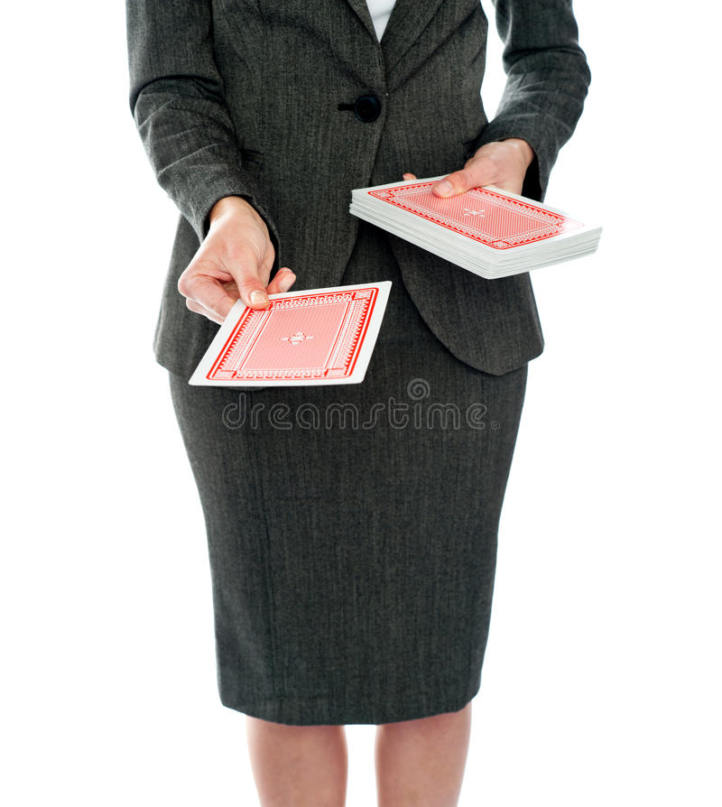 Céntrese en tarjetas que juegan. Mujer que las ofrece fotos de archivo libres de regalías
