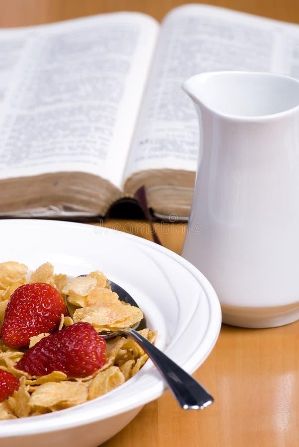 Céréale avec les fraises et la bible photographie stock