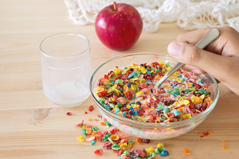 Céréale colorée de riz de petit déjeuner rapide sain d'enfants avec du lait et photographie stock libre de droits