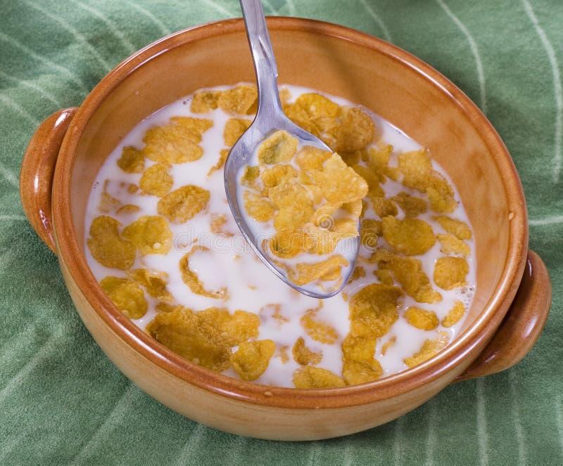Céréale de maïs avec du lait photo libre de droits