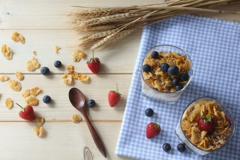 Céréale entière de grain de petit déjeuner sain avec les myrtilles et les fraises fraîches image stock