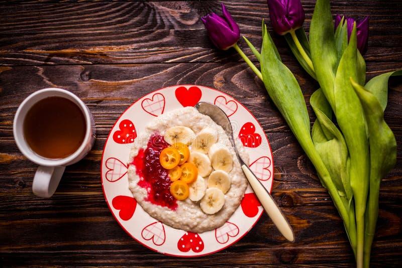 Céréale faite maison avec la banane et la confiture photos stock