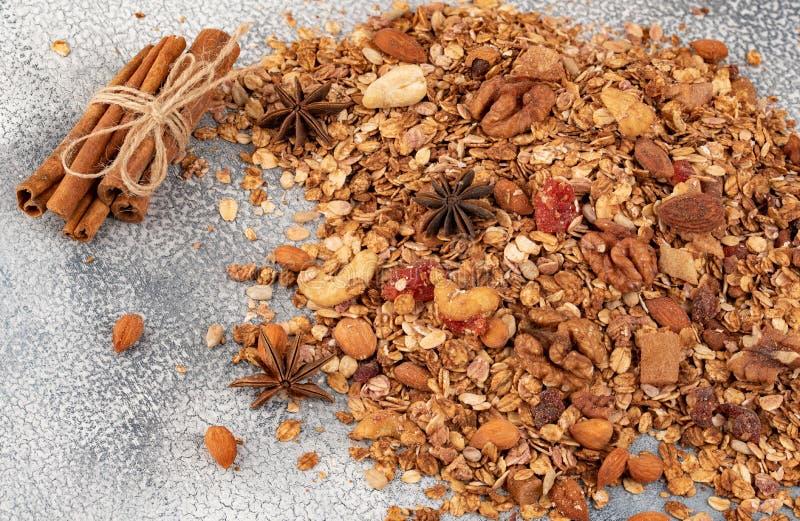 Céréale faite maison organique de granola avec l'avoine, l'amande, l'anis et le cin images libres de droits