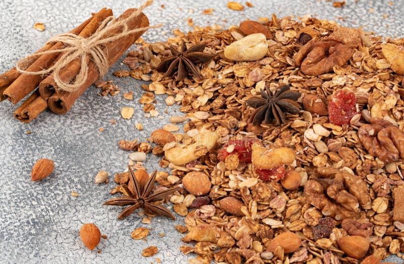 Céréale faite maison organique de granola avec l'avoine, l'amande, l'anis et le cin photo libre de droits