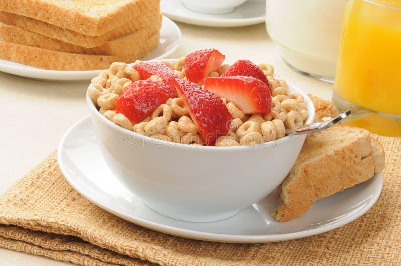 Céréale froide complétée avec des fraises images stock