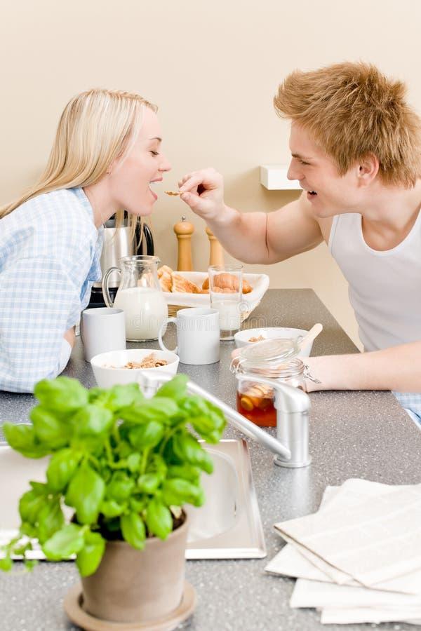 Céréale heureuse de femme d'alimentation d'homme de couples de déjeuner photo libre de droits