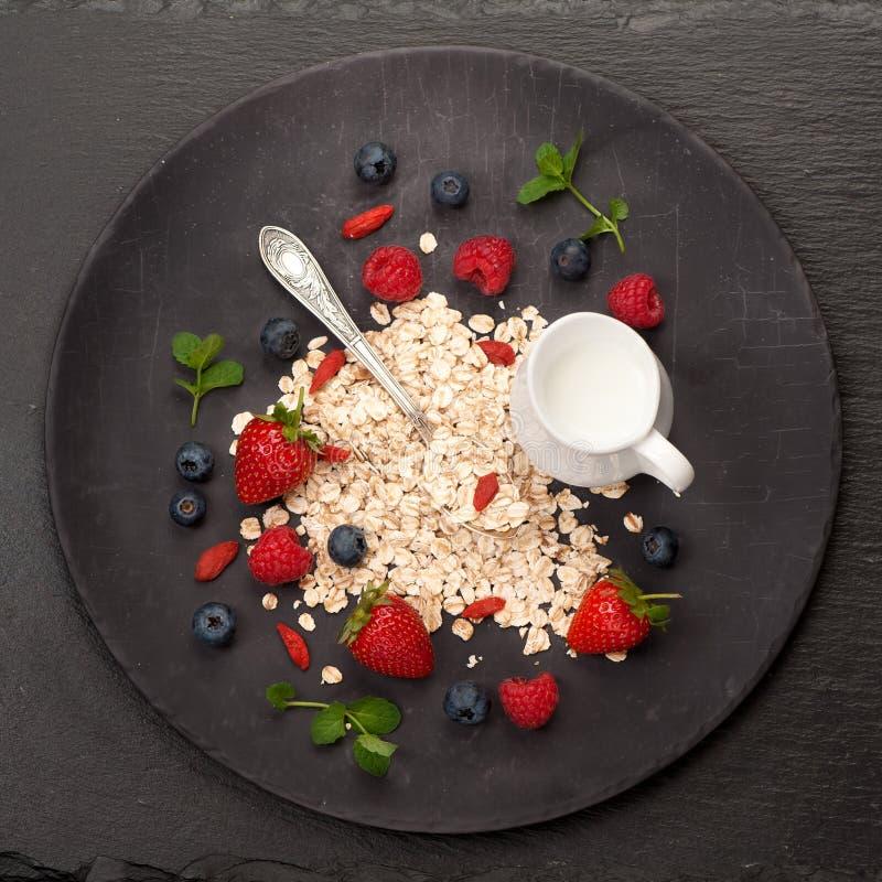 Céréale, lait et baies de farine d'avoine Petit déjeuner photo libre de droits