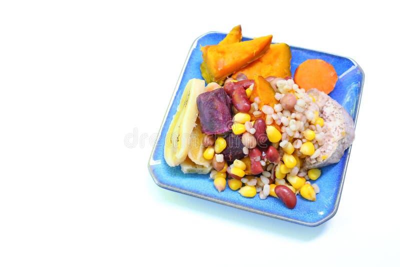 Céréales bouillies sur le beau plat bleu photo libre de droits