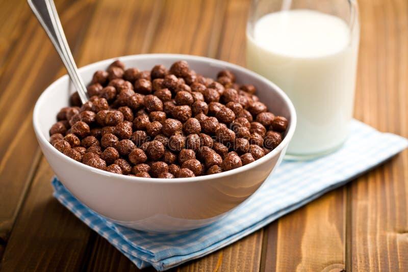 Céréales de chocolat dans la cuvette images libres de droits