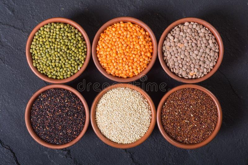Céréales et haricots dans la cuvette photo libre de droits