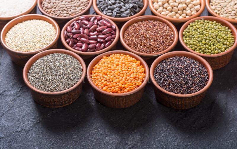 Céréales et haricots dans la cuvette image libre de droits
