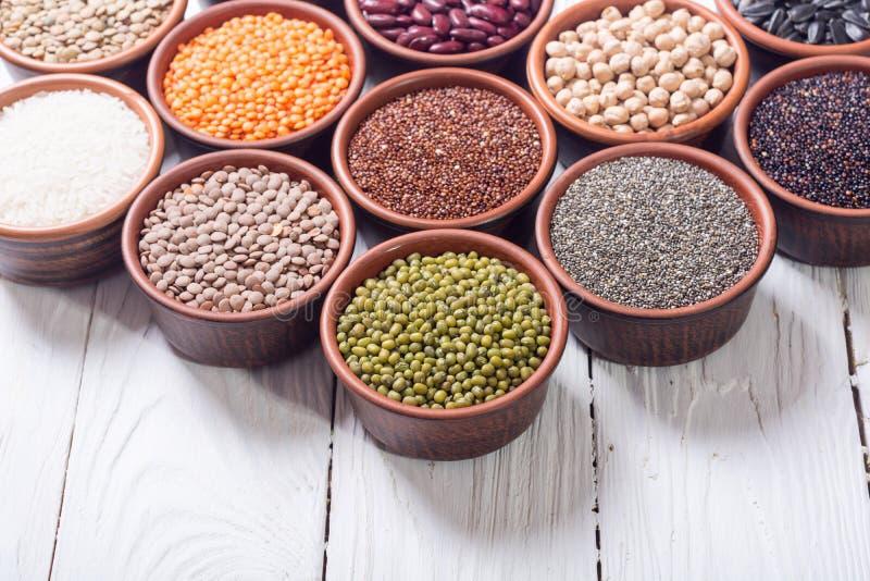 Céréales et haricots dans la cuvette photographie stock