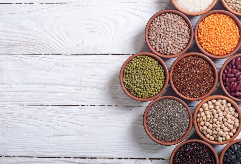 Céréales et haricots dans la cuvette photos libres de droits