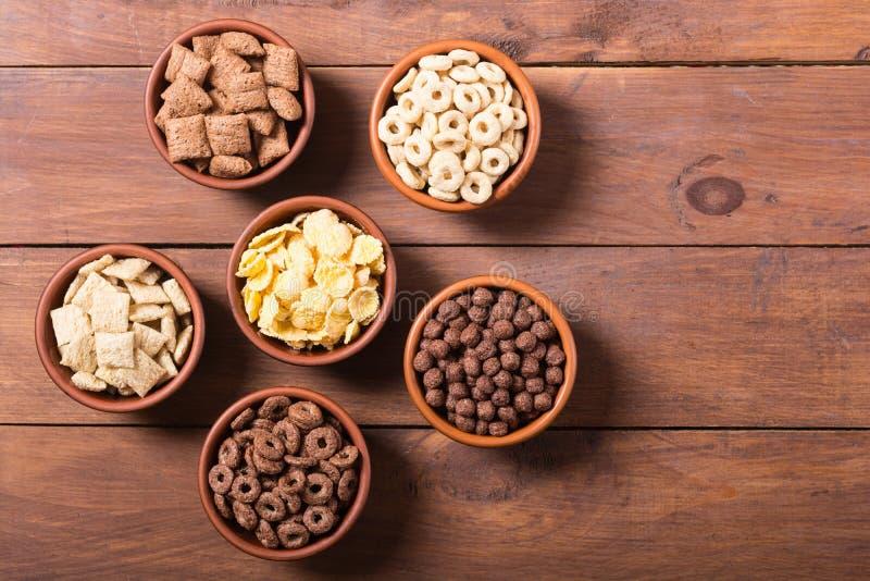 céréales Petit déjeuner avec des cornflakes de lait et de chocolat image stock