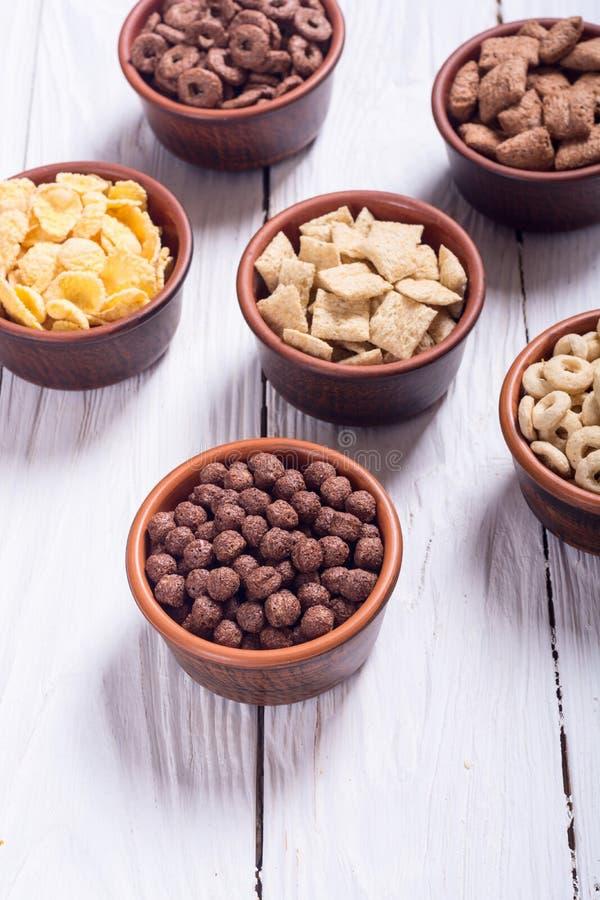 céréales Petit déjeuner avec des cornflakes de lait et de chocolat photo libre de droits
