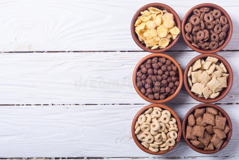 céréales Petit déjeuner avec des cornflakes de lait et de chocolat photos libres de droits