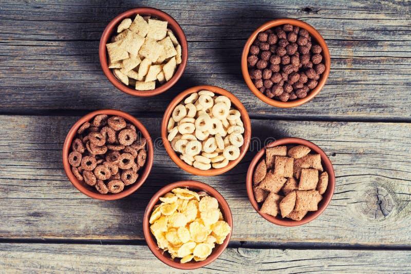 céréales Petit déjeuner avec des cornflakes de lait et de chocolat image libre de droits