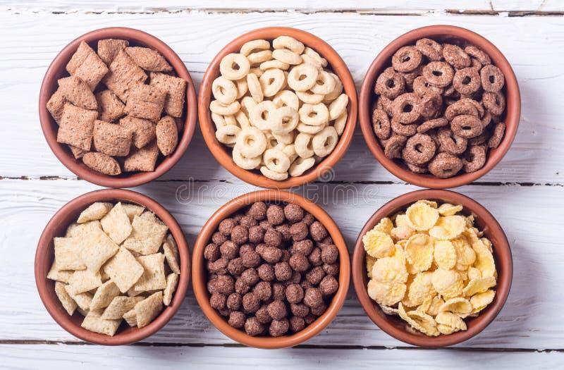 céréales Petit déjeuner avec des cornflakes de lait et de chocolat photographie stock