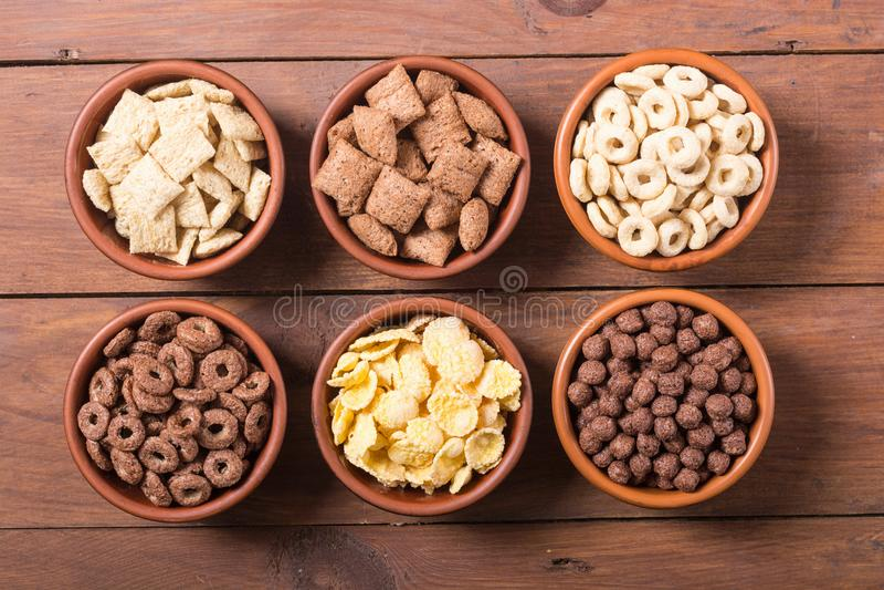 céréales Petit déjeuner avec des cornflakes de lait et de chocolat photographie stock libre de droits