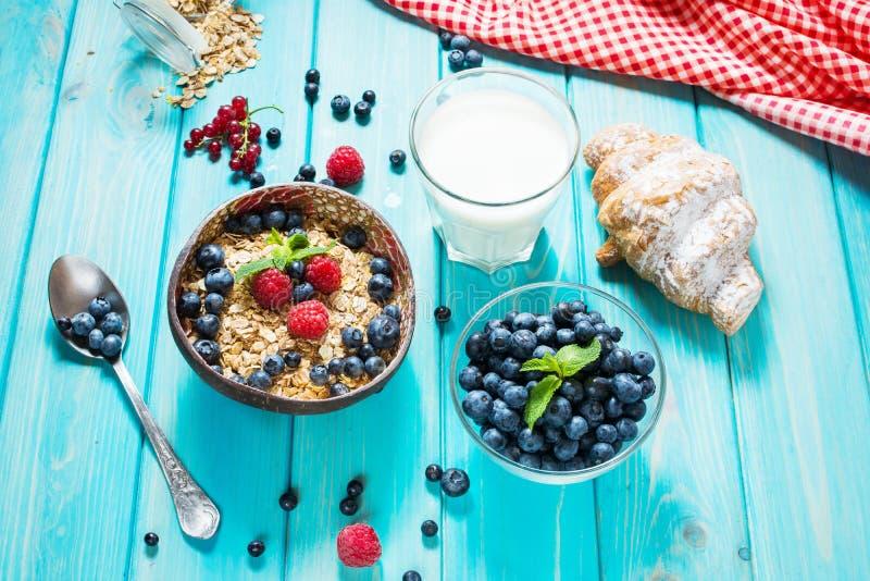 Céréales saines de blé entier de Multigrain avec la baie fraîche pour le petit déjeuner photos libres de droits