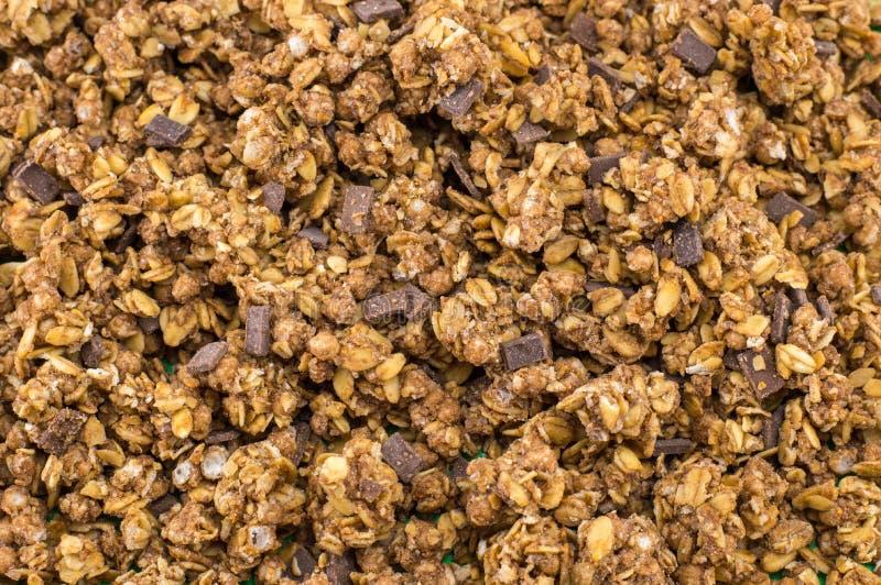 Céréales saines de muesli de granola avec le fond de chocolat photos libres de droits