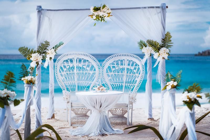 C?r?monial de belv?d?re de vo?te de mariage de plage d?cor? des fleurs blanches sur une plage grande tropicale de sable d'anse Pl photos stock