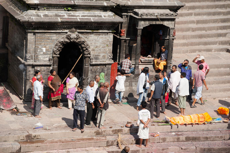 Cérémonie d'incinération au temple de Pashupatinath Le Népal, Katmandou photos stock