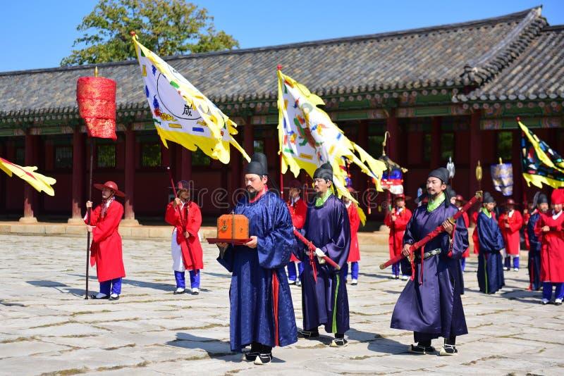 Cérémonie d'inspection de gardes de palais ayant lieu au palais de Gyeongbokgung à Séoul photos libres de droits