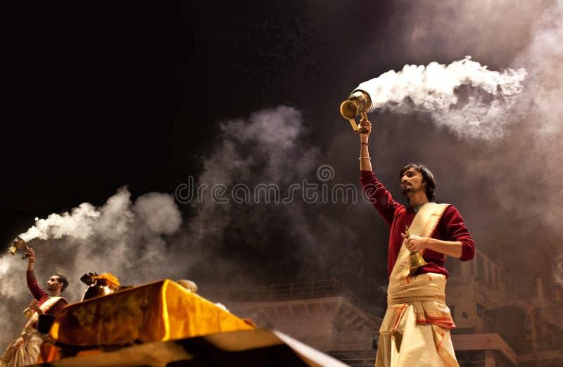 Cérémonie de Ganga Aarti à Varanasi images stock