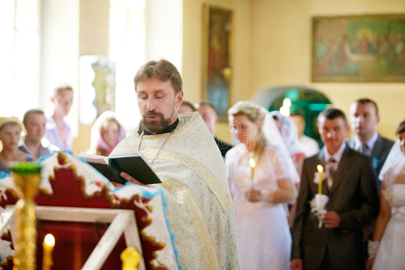 Cérémonie de mariage dans l'église orthodoxe russe photos stock