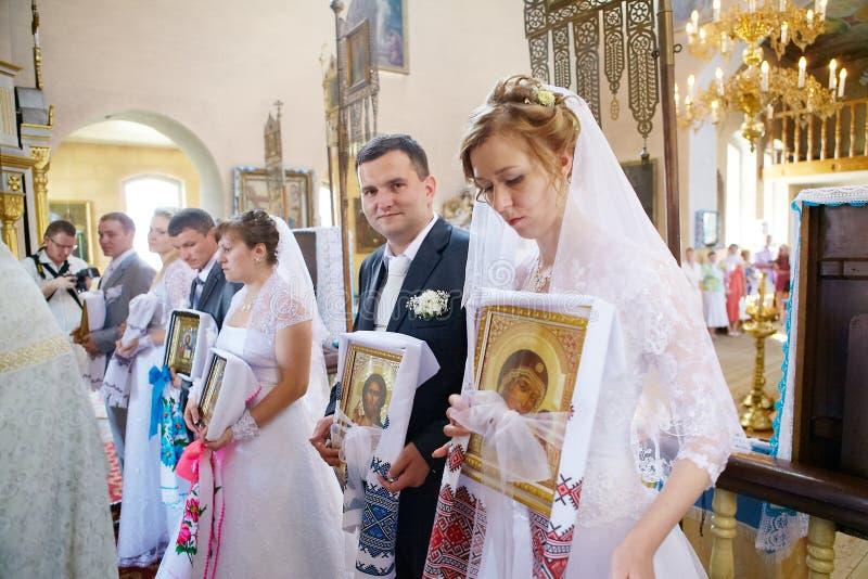 Cérémonie de mariage dans l'église orthodoxe russe photo libre de droits