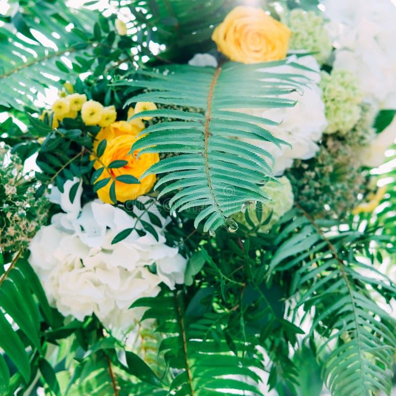 Cérémonie de mariage extérieure Voûte décorée des fleurs et de la dentelle images stock