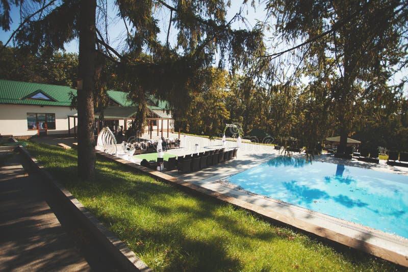 Cérémonie de mariage près de la piscine image libre de droits