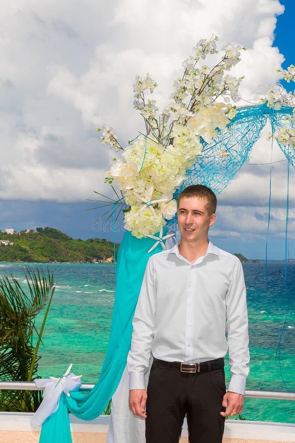 Cérémonie de mariage sur une plage tropicale dans le bleu Le marié attend image stock
