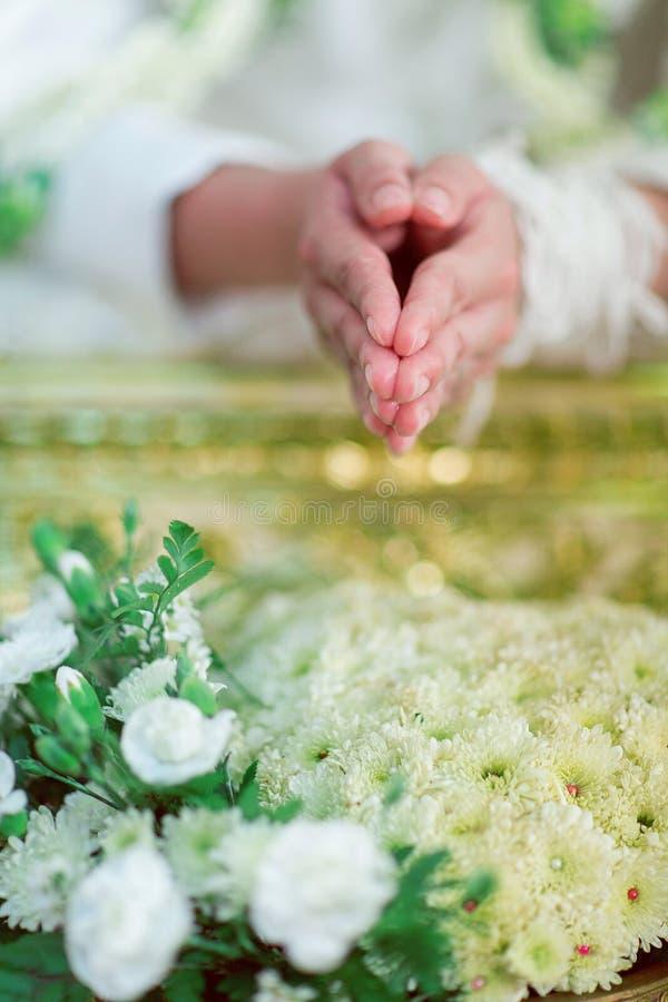 Cérémonie de mariage traditionnelle du ` s de la Thaïlande avec de l'eau photos stock